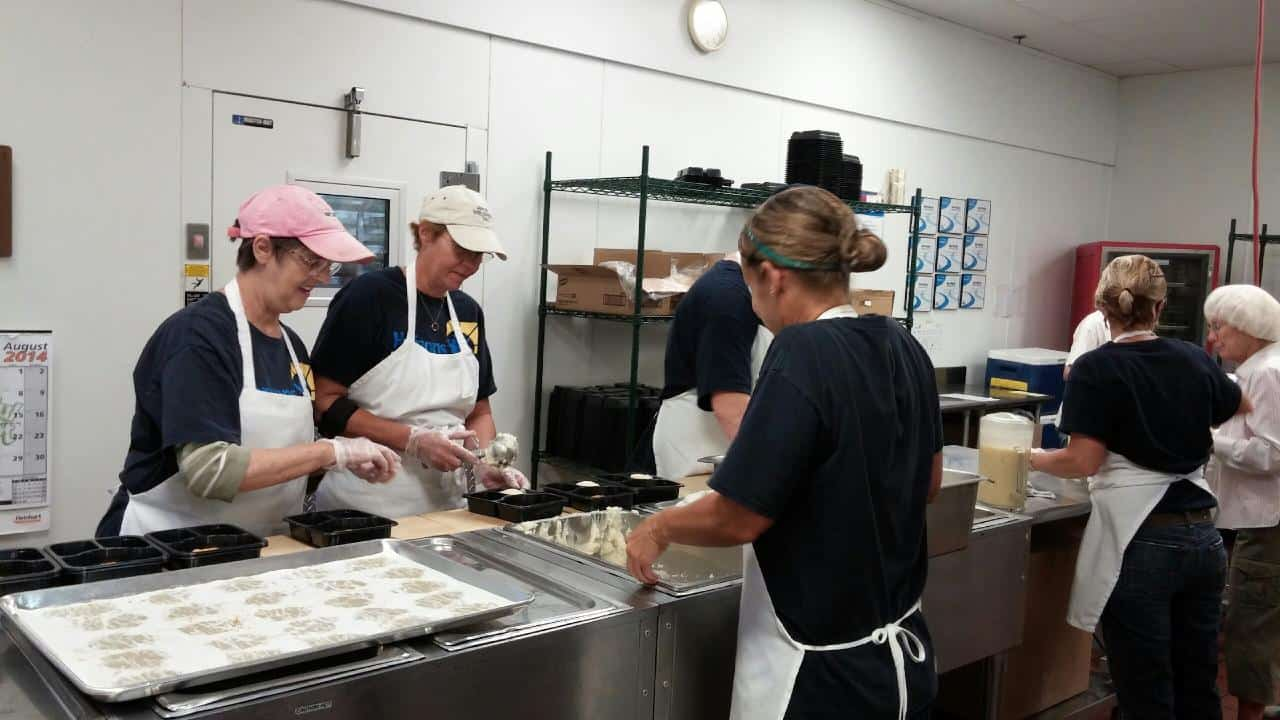 Volunteers_in_kitchen